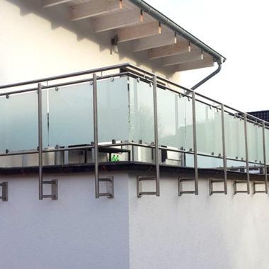 Balkongeländer-mit-Glasfüllung-matt-an-Ober-Untergurt-geklemmt-seitlich-1